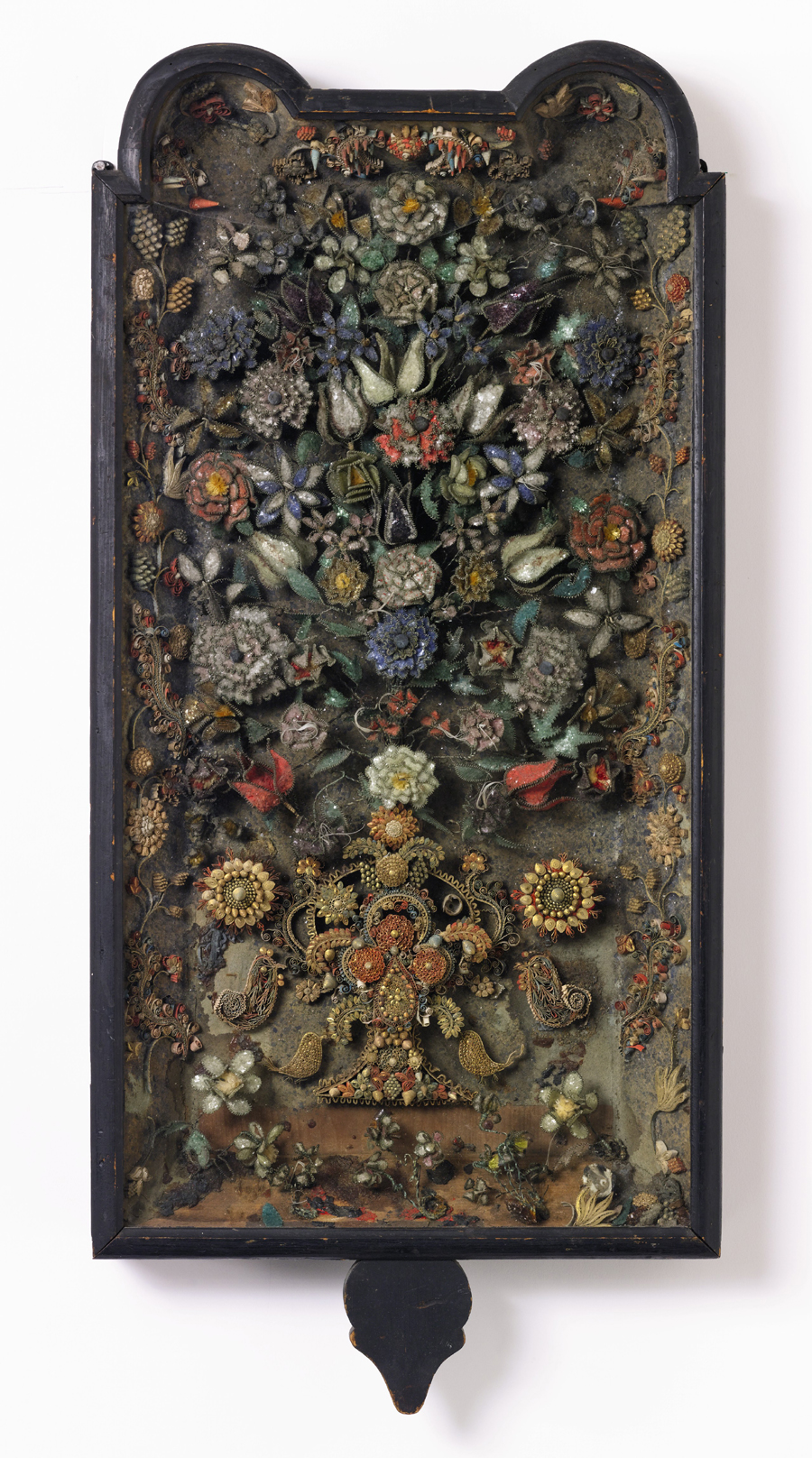 A great rarity, this Boston filigree hanging wall sconce of circa 1730 came up at Northeast Auctions in 2000, where it made $ 200,500. Post Great Recession, Sotheby's resold it for $ 125,000 ($ 150/200,000). Found in Massachusetts, it was owned by Henry F. du Pont's sister, Louise Crowninshield, and is one of approximately 25 surviving examples.