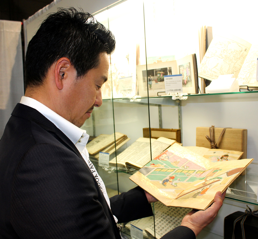 Kerichi Saito browses the selection of Japanese prints<br>offered by Rinrokaku Bookstore, Tokyo.