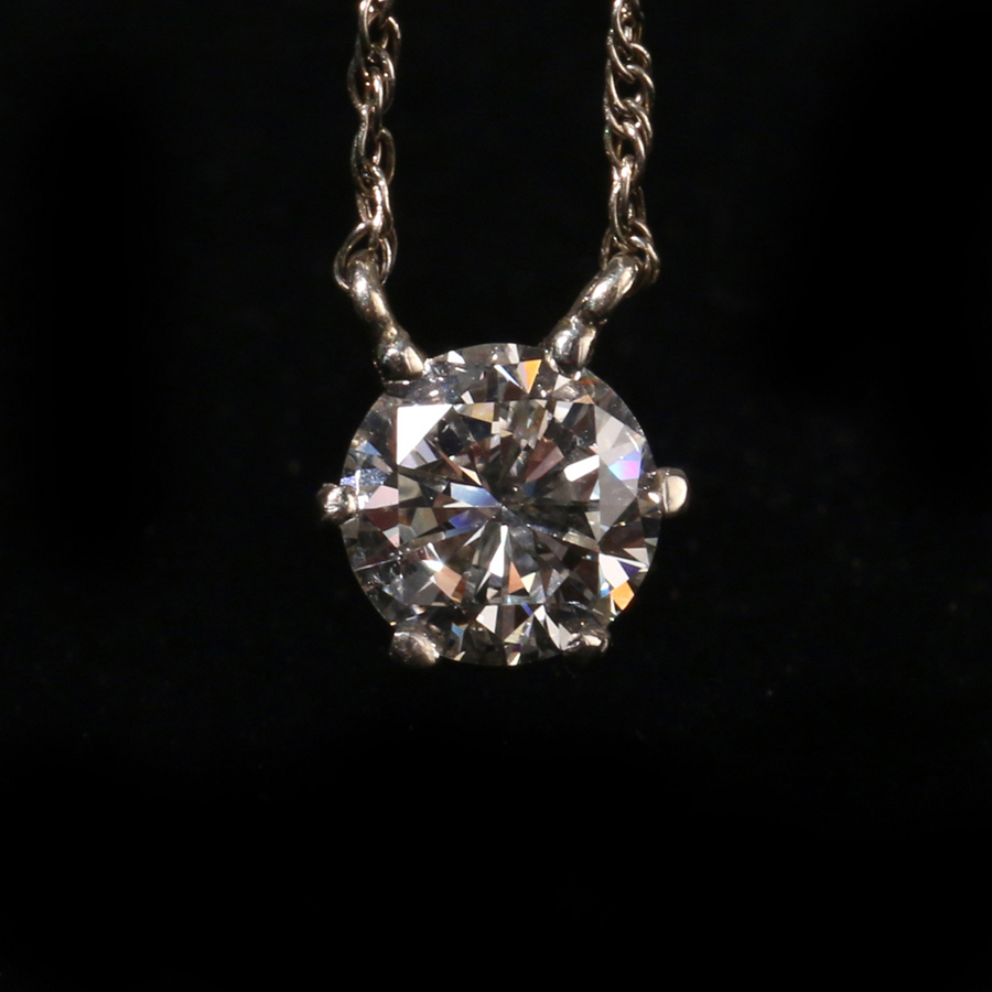 A jewelry highlight was this 1.65-carat diamond pendant of H color and S12 on a 14K chain that went out at $ 6,000.
