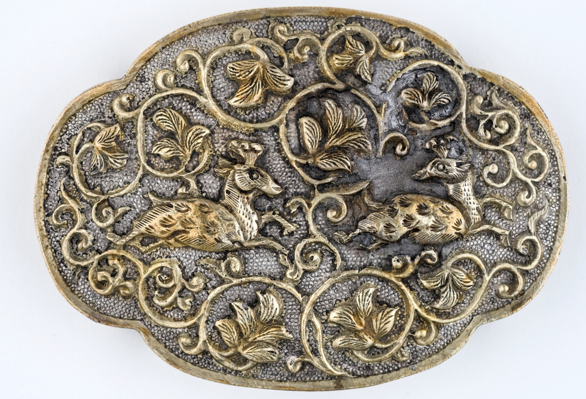 Four-lobed oval box with deer and lion decoration, China, Tang dynasty, circa 825–50, silver parcel gilt, 1 by 3½ by 2½ inches. Asian Civilizations Museum, Singapore. ACS, Tang Shipwreck Collection.