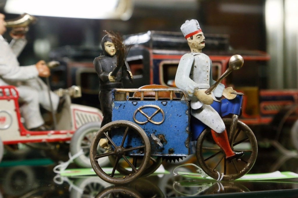 A Lehmann tin litho wind-up Baker and Sweep toy presents a fun subject, each donning the tool of their trade. With some general wear, it split the estimate, bringing $1,845.
