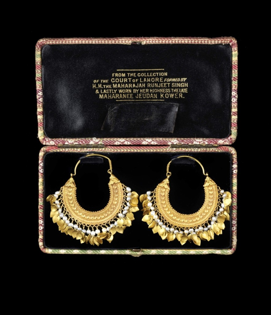 AB Bonhams gold pendent earrings