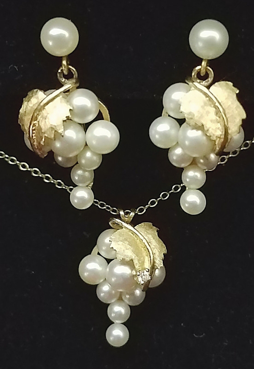 Chicago-area dealers Gregg Stokes and George Zukowski sold this Twentieth Century grape cluster demi parure of cultured pearl earrings and necklace with 14K gold leaves. Black Scottie Antiques, Inc., Grayslake, Ill.
