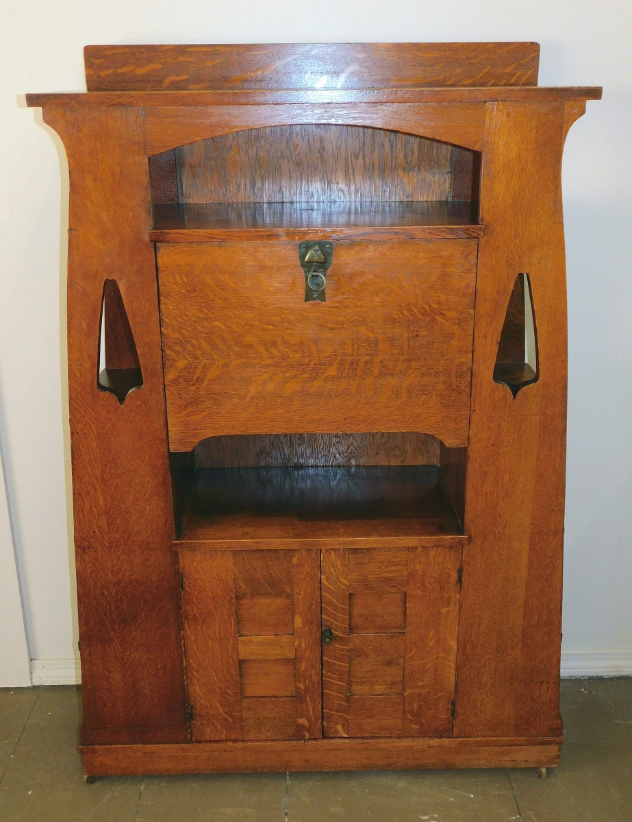 Leading the sale was this Arts and Crafts oak desk and bookcase cabinet by the Charles P. Limbert Furniture company, Grand Rapids, Mich., that had been locally sourced. It sold to a trade buyer on the Eastern seaboard, bidding on the phone, for $10,980 ($1,5/2,000).