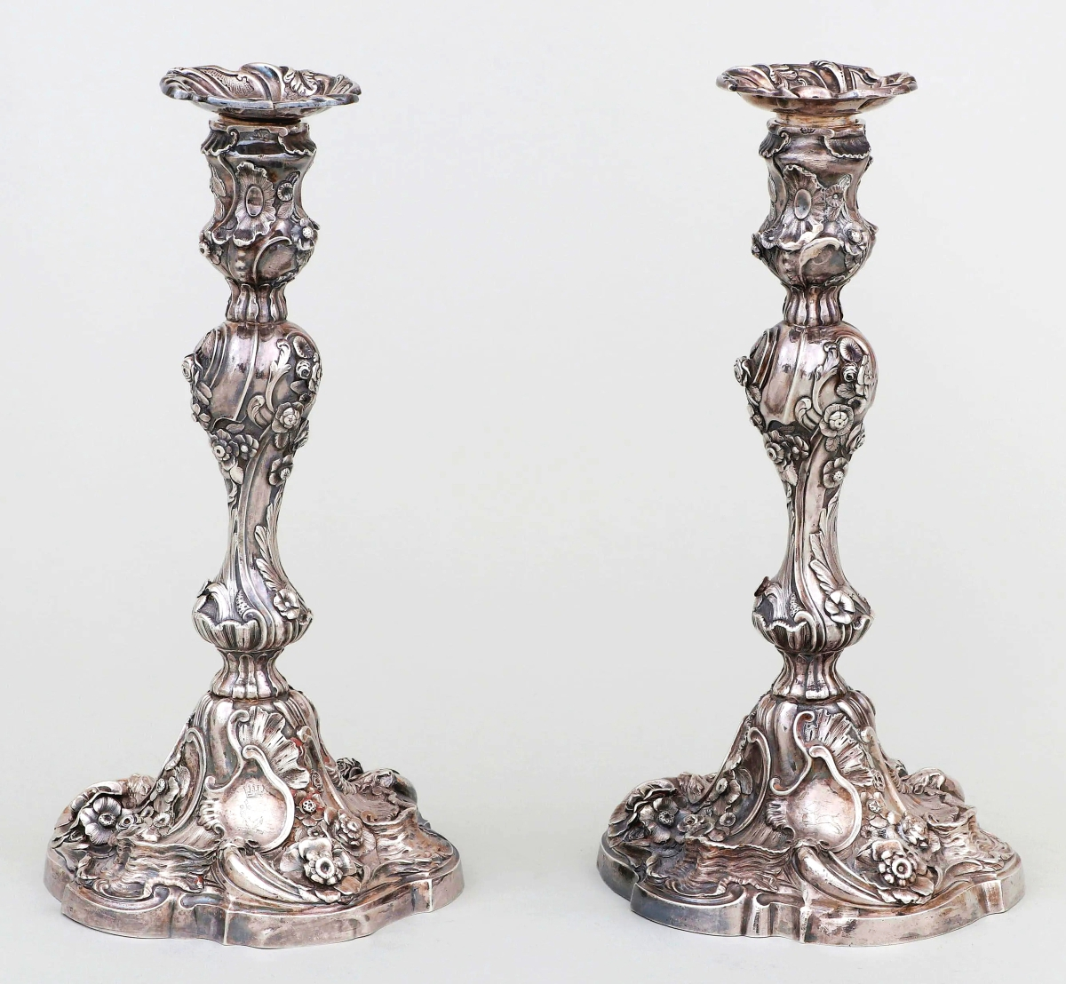 The sale's top form for any international maker came with this pair of candlesticks by Dublin silversmith Robert Calderwood. With impressive decoration, the duo went out at $30,000. Williams noted a matched pair at the National Museum of Ireland. These were once in the collection of Mae Cadwell Manwaring Plant Hayward (1877-1956), wife of banker-industrialist John E. Rovensky.