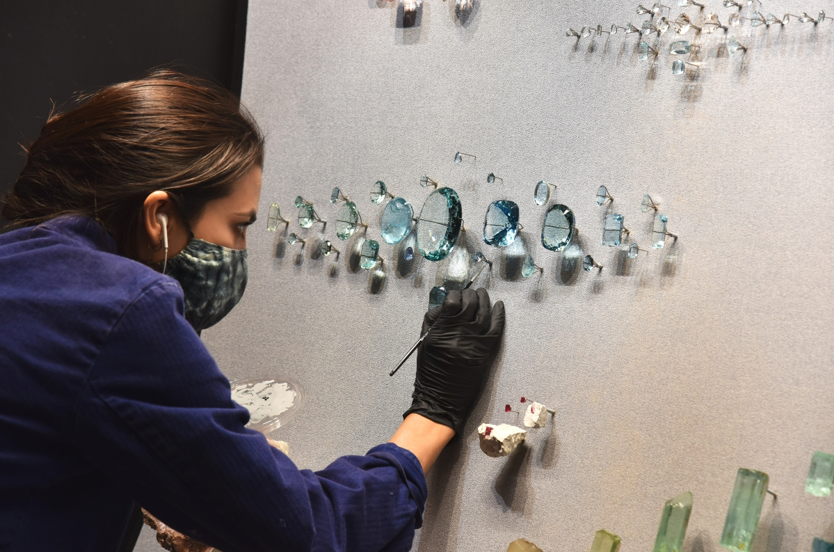 Exhibition staff members install specimens in the all-new Allison and Roberto Mignone Halls of Gems and Minerals at the American Museum of Natural History. D. Finnin/©AMNH.