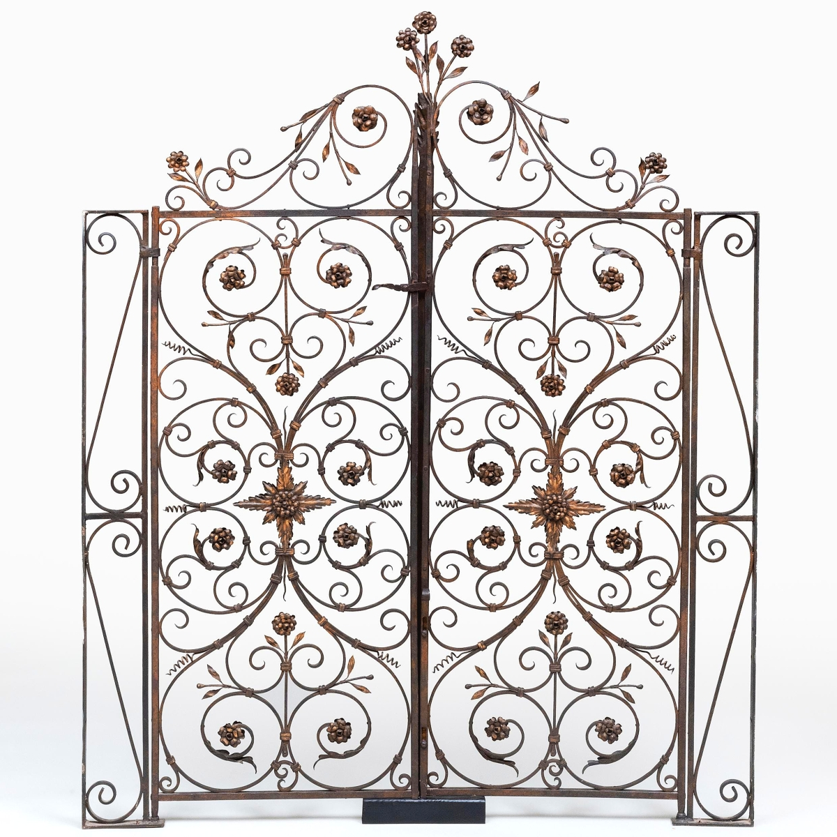 Pellettieri's keen eye for quality was not relegated to just furniture, sculpture and decorative arts. It was also evident in this Italian iron and parcel-gilt hinged gate, possibly from Florence, Italy, standing 6 feet 1½ inches high and 5 feet wide. Reaching $27,000 from an estimate of $1,5/3,000, it was the top lot of the sale.