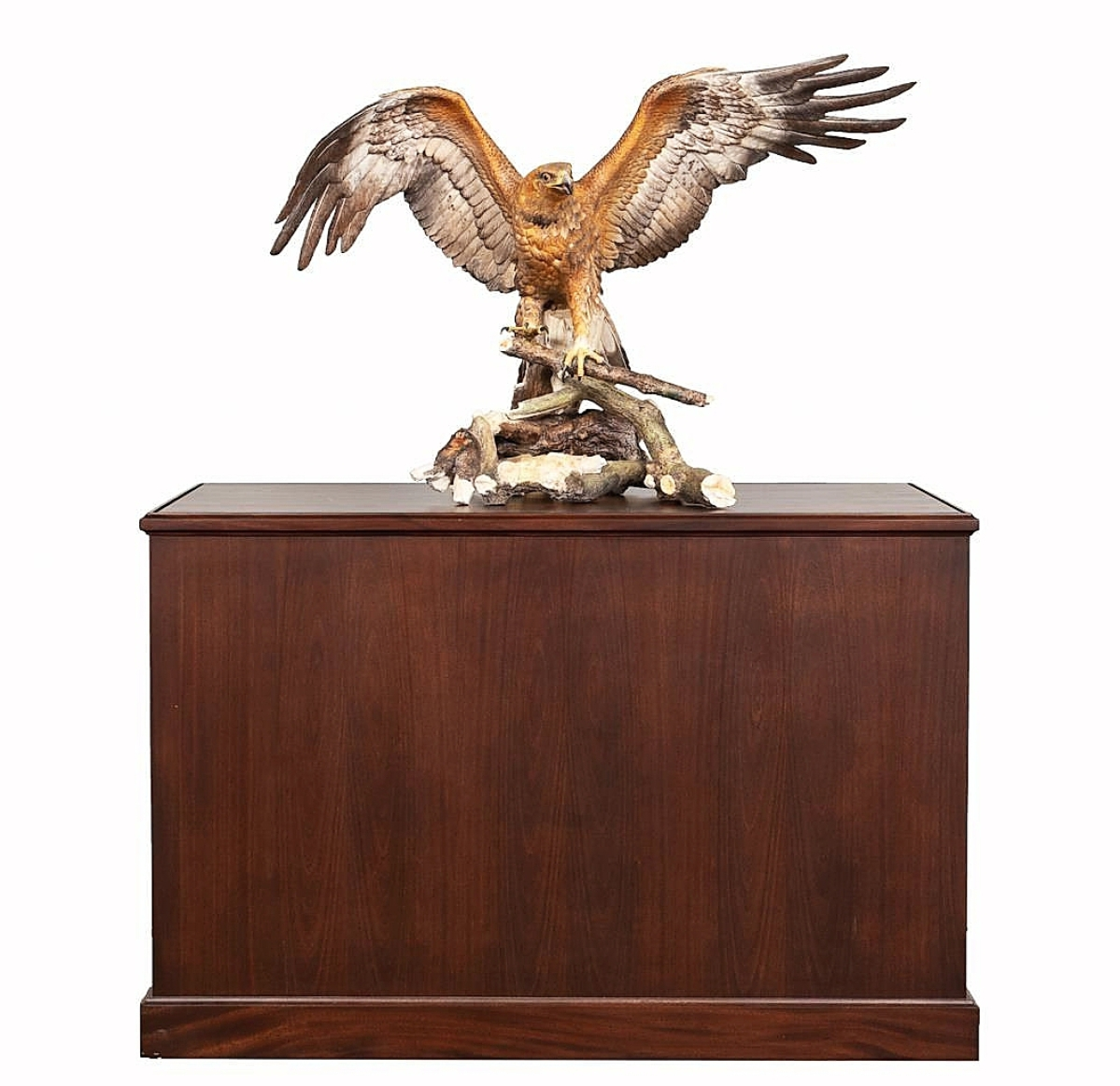 The lifesize birds done in extraordinary detail by Boehm (American, founded 1953) are extremely fragile and rarely survive in perfectly intact condition; this cased Golden Eagle porcelain bisque figure had a small restoration to one wing and brought $7,865. It will be flying — very slowly and carefully — to its new home in North Carolina ($4/6,000).
